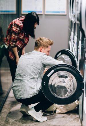 Paar vor WeWash Waschmaschine